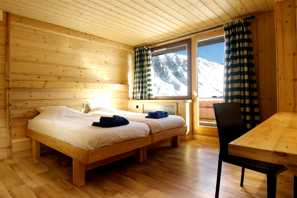 Ski Total | A twin bedroom in the chalet Les Arolles