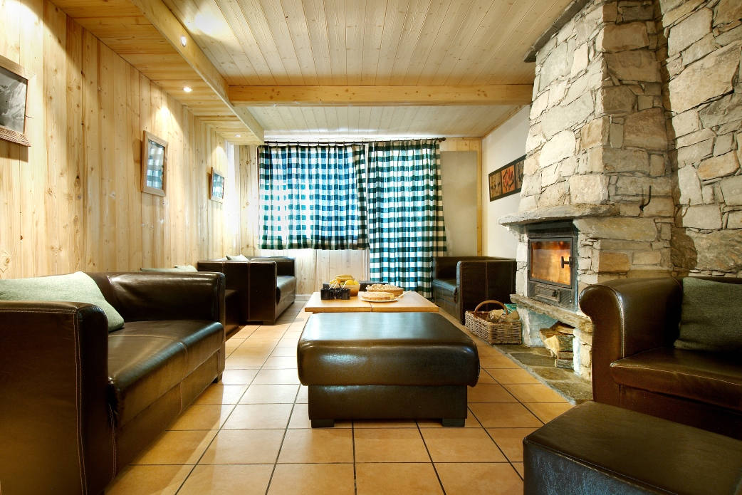 Ski Total | The lounge area in the chalet Les Arolles
