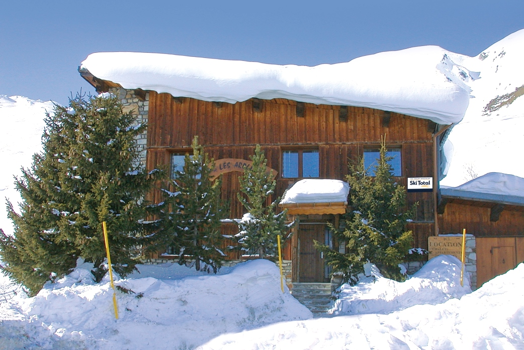 Ski Total | Exterior view of the chalet Les Arolles