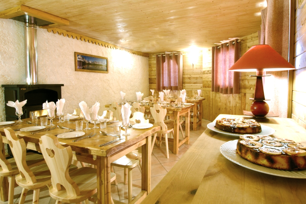 Ski Total | Dining area in the chalet Anne Marie