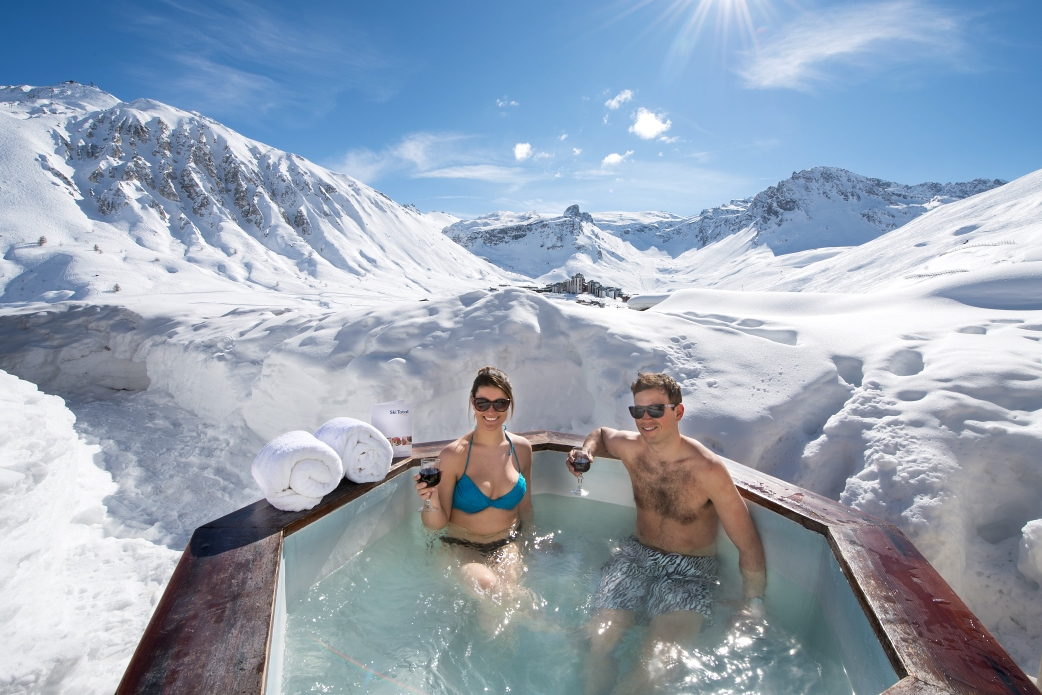 Ski Total | Outdoor hot-tub of the chalet Atlas