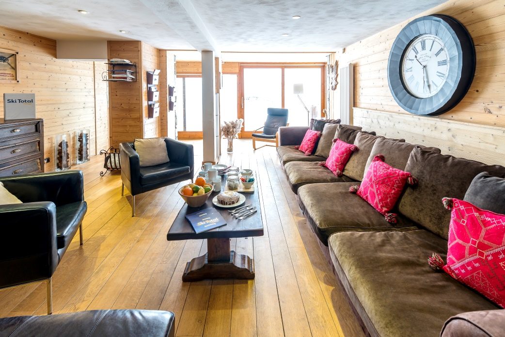 Ski Total | The chalet Cairn's lounge area