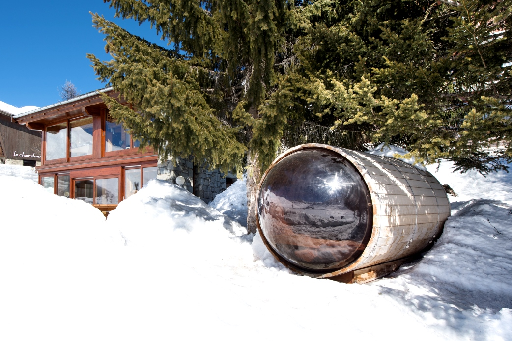 Ski Total | The cosmic sauna overlooking the frozen lake