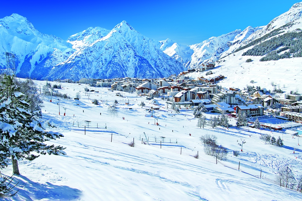 Ski Total | Les 2 Alpes covered in snow and surrounded by mountains