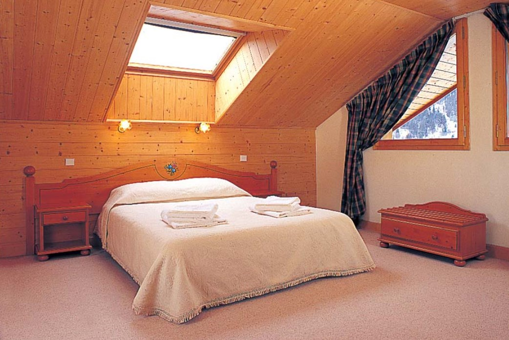 Ski Total | A typical bedroom in the chalet Les Arols Bleu