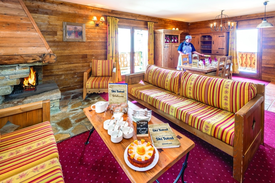 Ski Total | A typical lounge and dining area in the de l'ours résidence