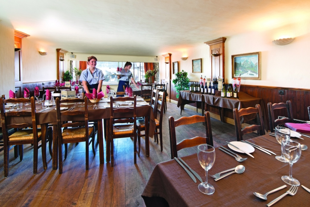 Ski Total | dining area in the Chalet Hotel Coq De Bruyere