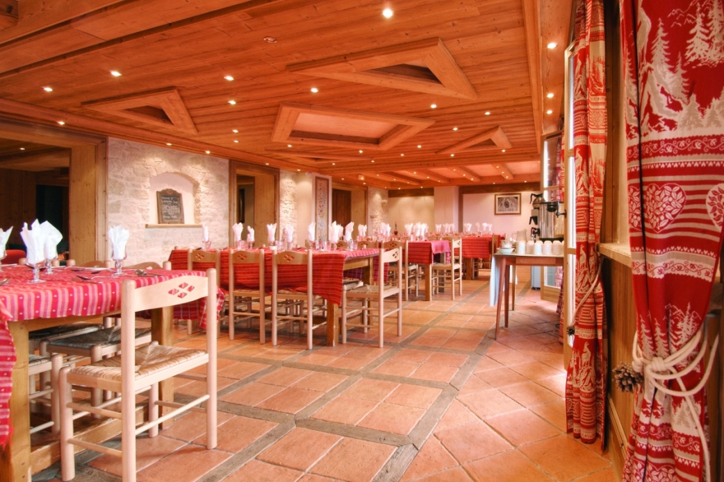 Ski Total | the dining area in the chalet Cascades