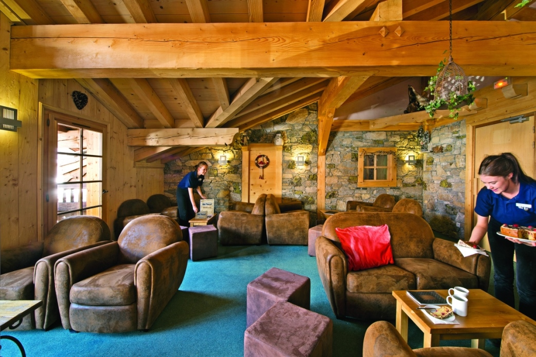 Ski Total | the lounge area in the chalet Cascades