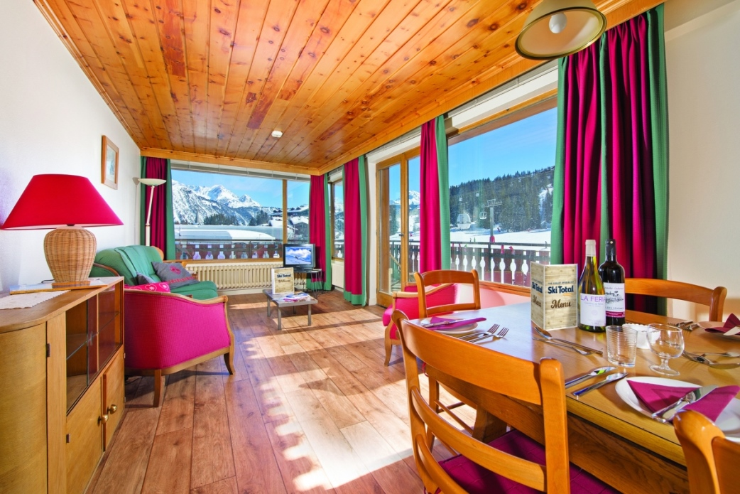 Ski Total | The chalet Jean Blanc's lounge and dining area