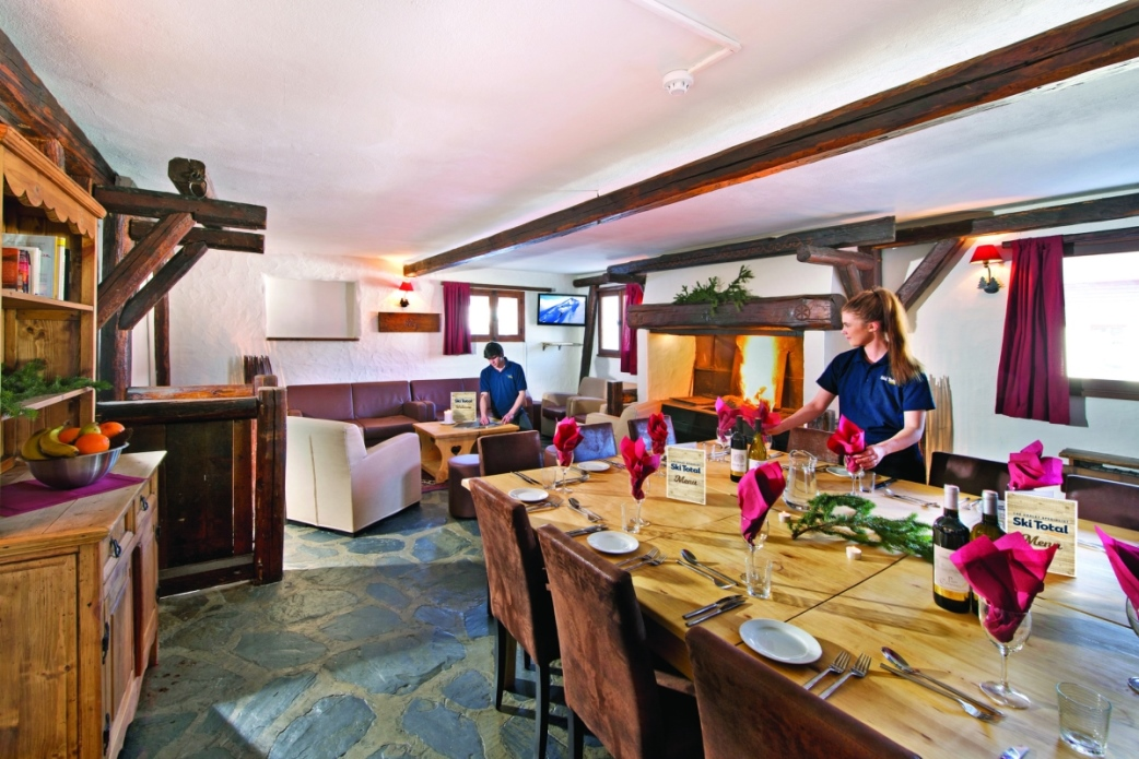 Ski Total | Chalet Elan's dining and lounge area