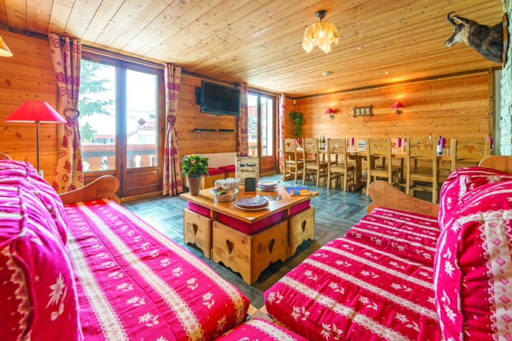 Ski Total | Lounge and dining area of the Chalet Christian