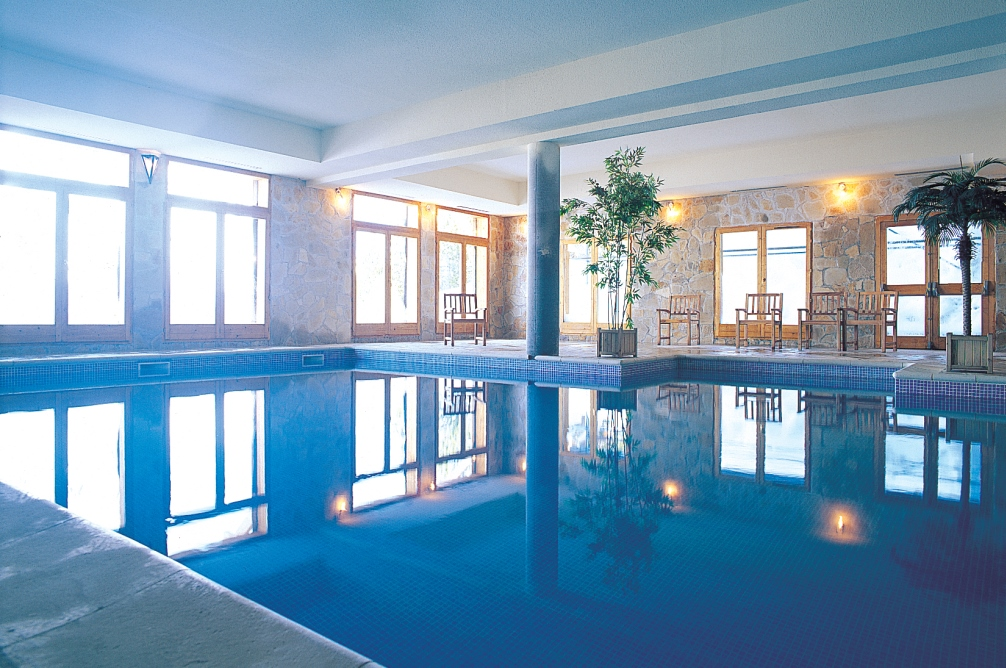 Ski Total | Swimming pool in the adjacent Altitude residence