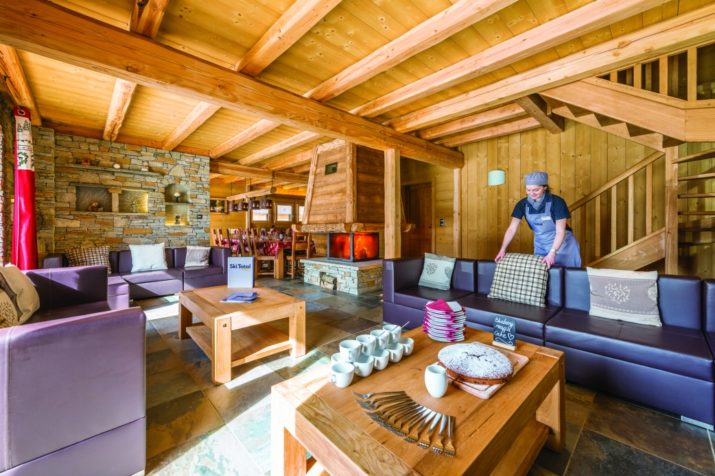 Ski Total | Dining and lounge area in the chalet Loup Blanc