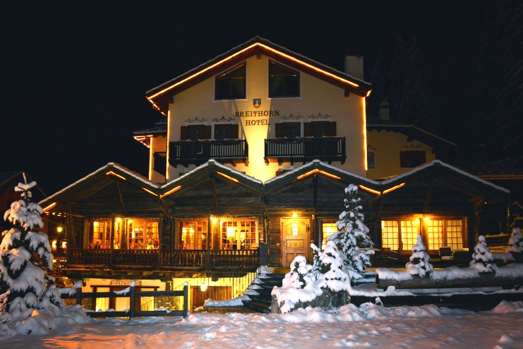 Ski Total | The Chalet Hotel Breithorn at night