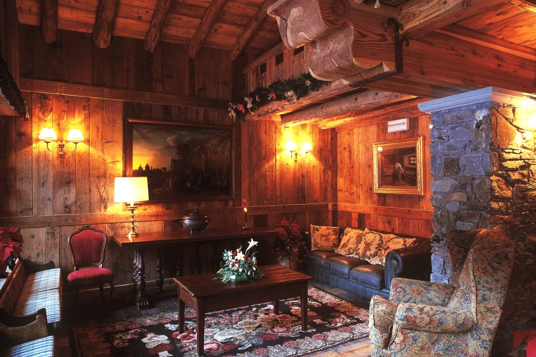 Ski Total | The living room of the Chalet Hotel Breithorn