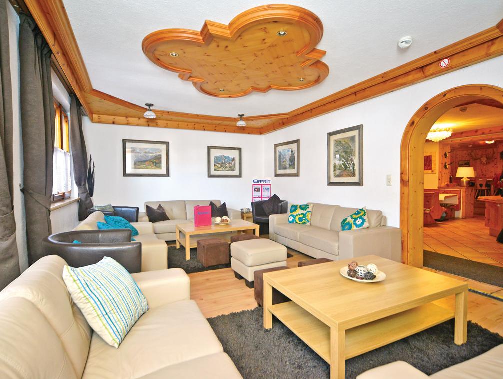Ski Total | Lounge area in the chalet Pepi Gabl