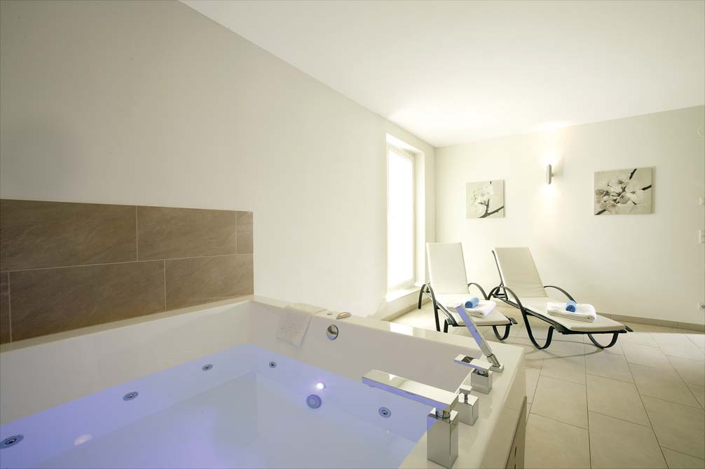 Ski Total | 4 person jacuzzi style bath in the Chalet Janus