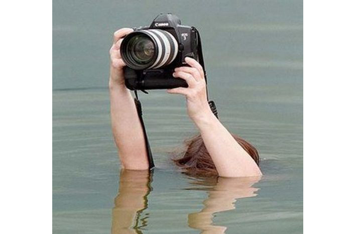 funny-photography-people-taking-pictures-01
