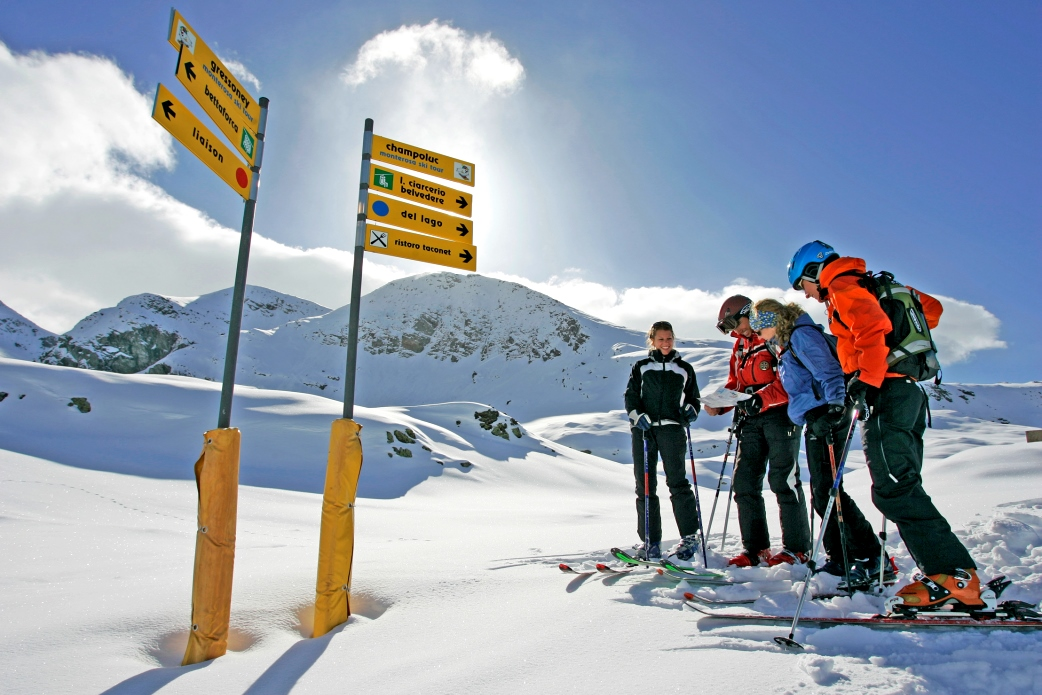 Ski Total | Skiers decide which was to go skiing at a signpost