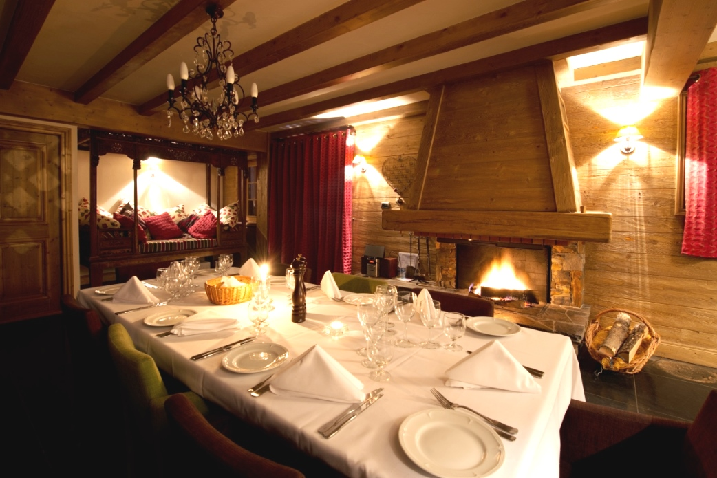 Ski Total | Cosy dining room in the chalet La Vieille Forge