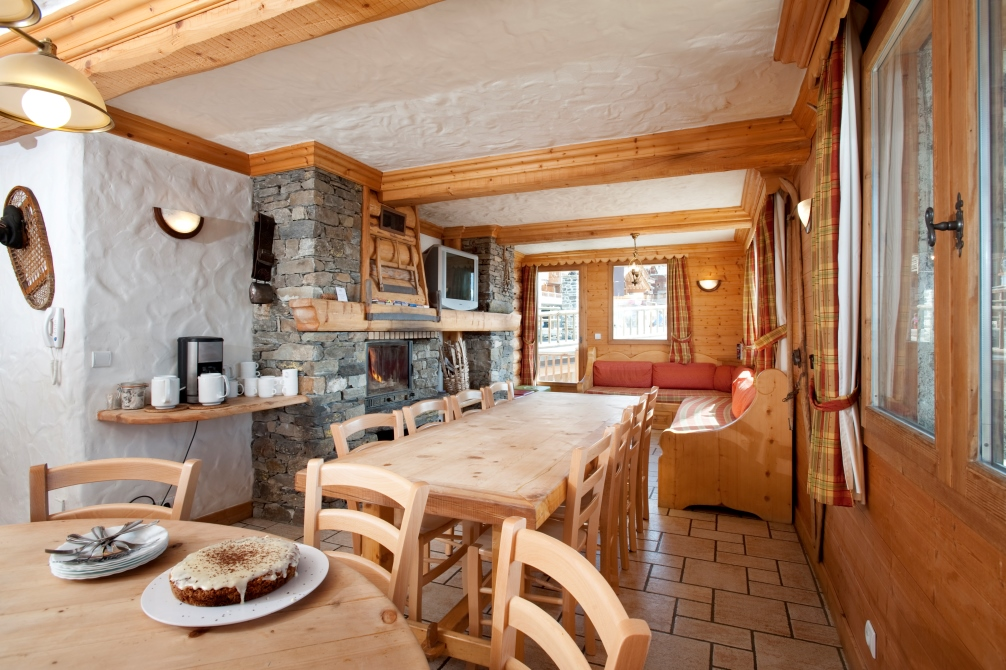 Ski Total | The lounge and dining area of the chalet Braconnier