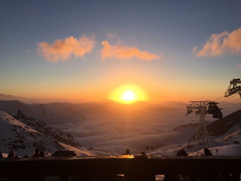 Ski Total | beautiful and colourful sunset in the mountains in Val Thorens
