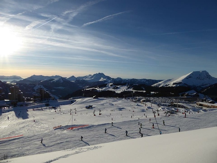Ski Total | image of a piste in Les Gets, with mountains as a back drop