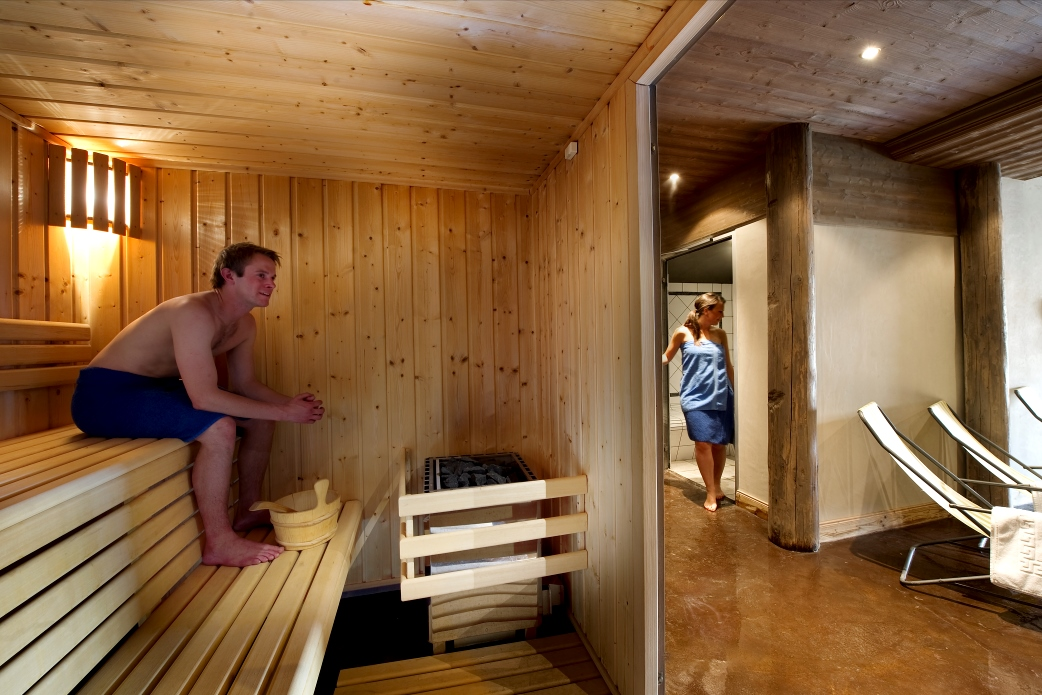 Ski Total | A young couple enjoy the chalet Corniche's wellness area